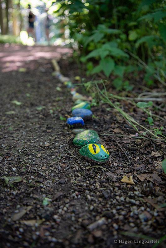 Bunt bemalte Steine als Schlange