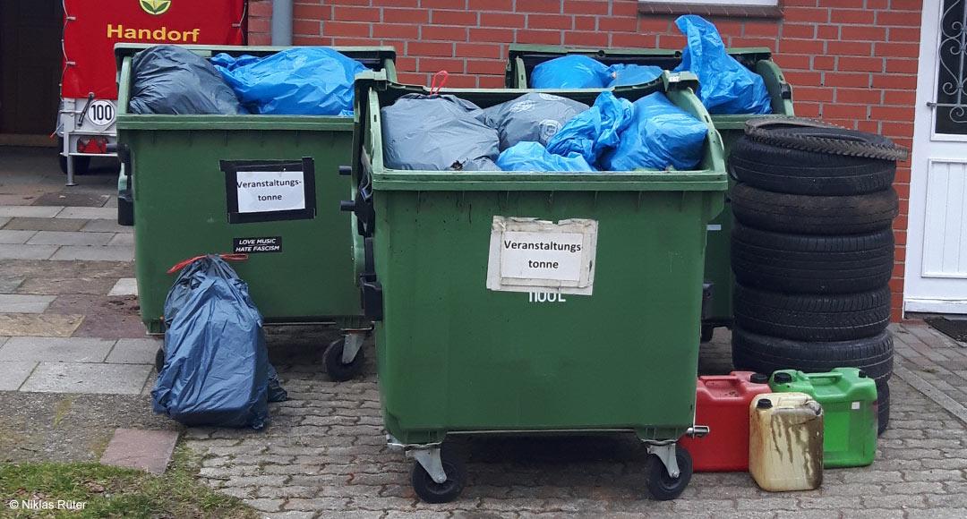 Mülltonnen voll mit gesammelten Müll, Autoreifen uvm.